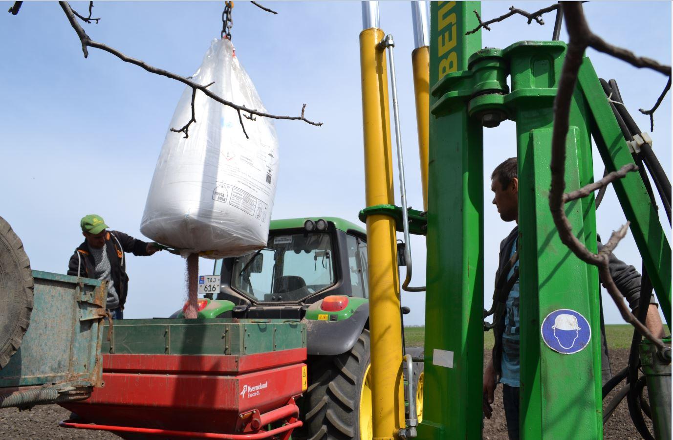 Mecanizatorii Veaceslav ANTON şi Nicolae BRUS îşi îndeplinesc partea lor de muncă