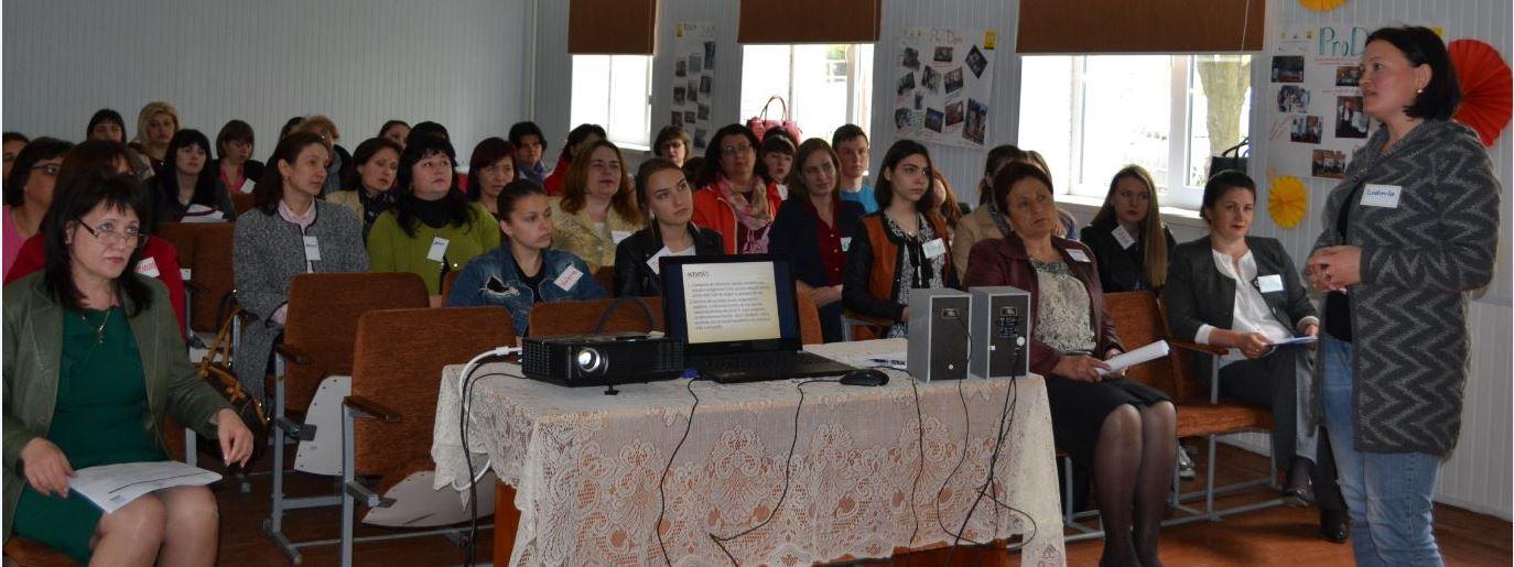 Ședința de lucru la finalul proiectului. Informator Ludmila Țurcanu, Pelinia. În stânga consiliera Vera Flocea