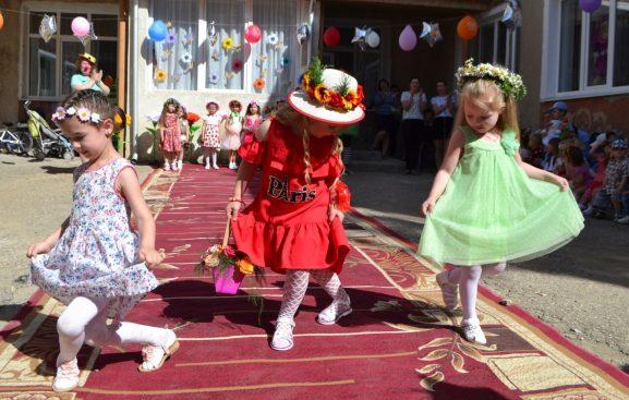 """Fericirea și buna dispoziție radiază pe chipurile copiilor de la grădinița """"Scufița roșie"""""""