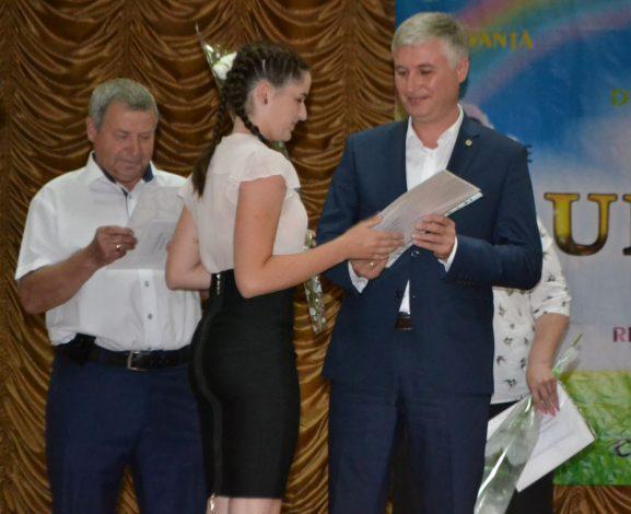 Diploma Inesei CARAMOV, elevă, Liceul Rus nr.3, înmânată de Corneliu PADNEVICI, deputat în Parlamentul RM