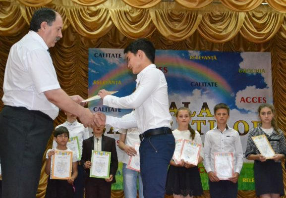 Ion RECEAN, șef, DÎTS Drochia, înmânează diploma unuia dintre premianţi