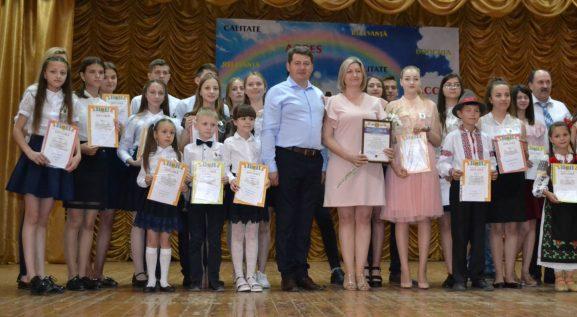 """Premianții IP LT """"Ștefan cel Mare"""", or. Drochia, împreună cu Svetlana CAPCELEA, directoarea instituției, și Vitalie JOSANU, vicepreședintele raionului (în centru)"""