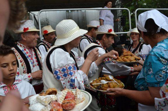 Gospodinele din sat servesc oaspeții cu sarmale, plăcinte și dulciuri