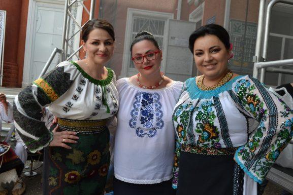 Rodica LOZOVANU (în centru) cu artistele sofience (de la stânga la dreapta): Diamanta PATERĂU și Nătălița PROCA