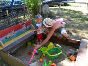 Părinții sunt cei ce se îngrijesc de odihna și distracțiile copiilor aflați în curtea blocului