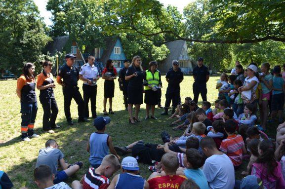 Echipa de salvatori, medici și polițiști informează copiii despre riscuri și primejdii