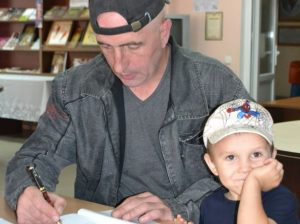 Autograf oferit de Vlad IZVOR pentru cititori. Autorul este susținut de feciorașul Vlad junior