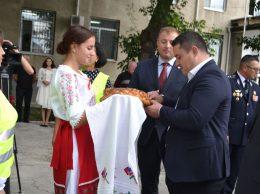 Voluntara Valeria Zaporojan întâmpină oaspeții cu pâine și sare