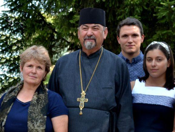 Valeriu Radu-Tataru, în centru, cu familia lui Anatolie GÂSCĂ: (de la stânga): soția Aurelia, feciorul Eugen și nora Mariana
