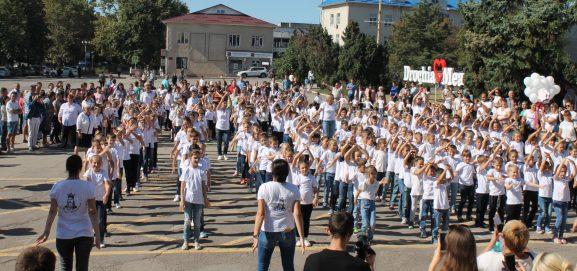 Copiii din Drochia s-au mobilizat activ la un flash-mob grandios de Ziua Internațională a Păcii