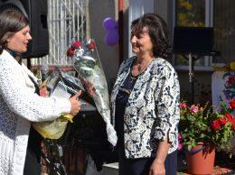 Adriana GROZAVU cu flori și urări directoarei Liuba Iacovlev