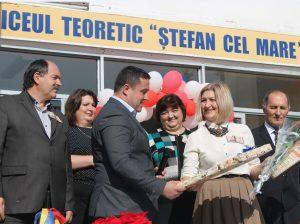 """Ion DASCAL înmânează Svetlanei CAPCELEA, director, IP LT """"Ștefan cel Mare"""", Diploma Consiliului Raional Drochia și cadoul"""