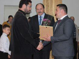Preotul Ion NOVAC, profesor de civică și religie, primește de la Ion DASCAL Diploma Consiliului Raional