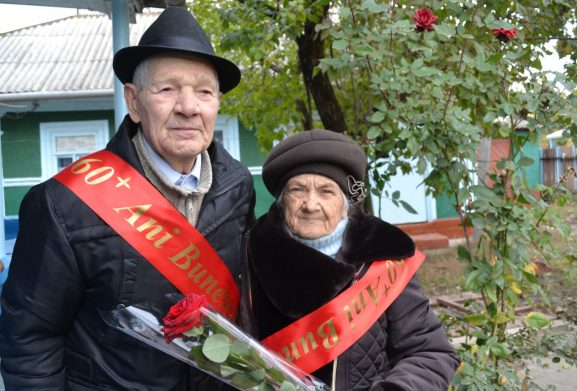 """Anul trecut, în cadrul Festivalului Naţional """"Satule, mândră grădină"""", organizat pentru prima dată de primăria Chetrosu, soţii şi profesorii Dumitru şi Olimpiada BUNESCU au fost felicitaţi cu împlinirea a şase decenii de căsnicie"""