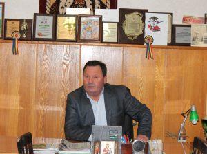 Daniel DUMINICĂ foarte rar stă în oficiu, deoarece biroul său de lucru sunt câmpurile gospodăriei, colectivele de oameni, sectoarele de producere.