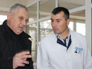 (De la stânga) Igor GROZAVU, vicepreşedinte, raionul Drochia, şi Nicolae RUSU, şef, Secţia transfuzie a sângelui, spitalul raional