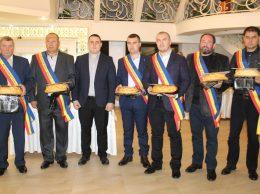 """(De la stânga) Vasile GRĂDINARU, director, SRL """"Glia Șurenilor"""" (gradul III); Ion Babără, director SRL """"Valea Sofiei"""" (gr. III); Ion DASCAL, președintele raionului Drochia; Dumitrul Mazurchevici, vicedirector SRL """"Dimazcom-Nord"""" (gr. II); Dorin Nedelciuc, vicedirector, SRL """"Zgura-Agro"""" (gr. I); Victor Burlacu, director, SRL """"Bursemcom""""(gr. II); Alexei FURTUNĂ, vicedirector, SRL """"Agro-SZM"""" (gr. III)"""