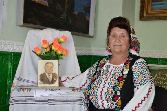 Alexandra NELIPOVSCHI alături de poza fondatorului muzeului din satul Sofia, regretatul istoric Iacob BABĂRĂ