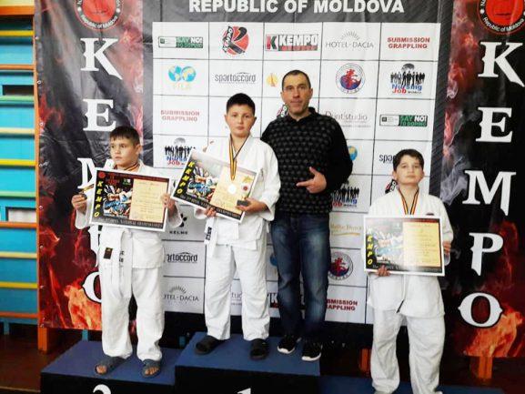 Tренер Александр МИРОШНИК с группой ребят-победителей