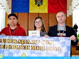 Вадим ПАРПАЛАК, Валерия БЕЖАН и Сергей БЕЖАН (справа) получают награды