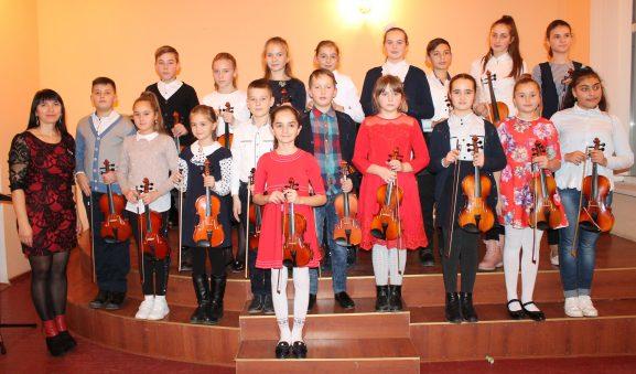 Rodica CUCEREAVÂI, profesoară de vioară, și discipolii săi