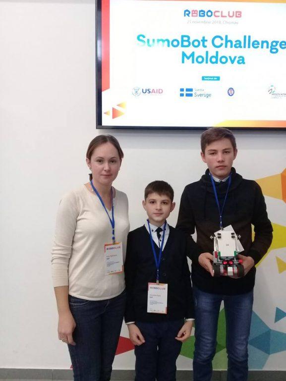 Alexandru FIȘTIC și Denis GRIGORIȚĂ, împreună cu tânăra profesoara de informatică, Irina TIGHINEANU
