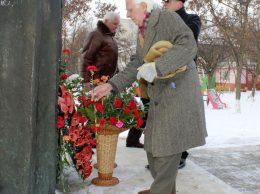 Înainte de a depune modestul bucheţel de flori la picioarele lui Eminescu, Vitalie ZAGAIEVSCHI şi-a scos căciula de pe cap şi mănuşa de pe mână