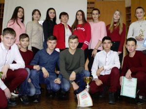 Tinerii sportivi din satul Ochiul Alb, împreună cu Viorica BERZOI, profesoară de educație fizică, premiați și apreciați