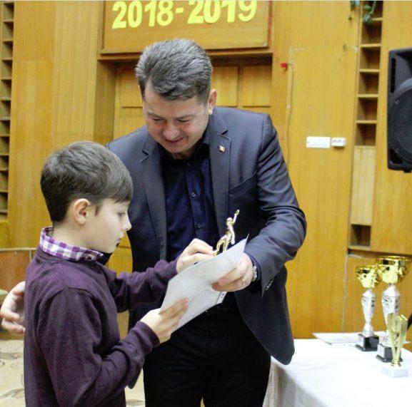 Vitalie JOSANU, vicepreședintele raionului, felicită pe Nicu BORȘCI, cel mai tânăr tenisist
