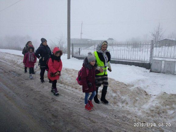 """""""Bunicuța grijulie"""" însoțește copiii spre școală"""
