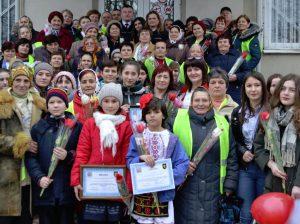 Oaspeții sărbătorii, bunici și nepoți, împreună cu angajații Inspectoratului de Poliție Drochia