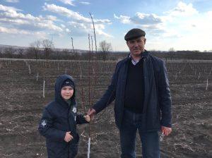 """Mihai NEDELCIUC, director, SRL """"Zgura-Agro"""" împreună cu nepoțelul Mihai Robert NEDELCIUC. Acest copac l-au plantat împreună"""