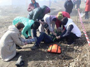 """Echipa sanitară acordă primul ajutor medical persoanei blocate în urma """"cutremurului de pământ"""""""