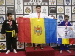 Государственный флаг Республики Молдова в руках призера турнира Анатолия БЕРНИКА
