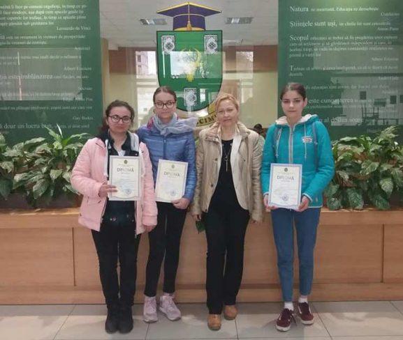 Diplomantele Concursului republican la limba română cu profesoara lor Marina Lefter (a doua din dreapta)
