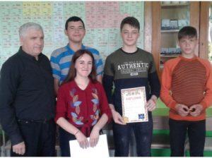 """Profesorul Grigore MELNIC (în stânga) şi discipolii """"fizicieni"""""""