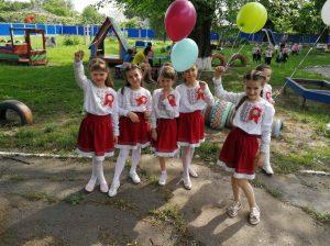 Copiii de la grădiniţa nr. 1 «Florile dalbe» îşi iau rămas bun de la instituţia dragă