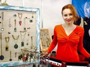 Carolina Portarescu, tânăra care cu ajutorul UE a deschis o afacere cu bijuterii confecționate din plăci de calculator