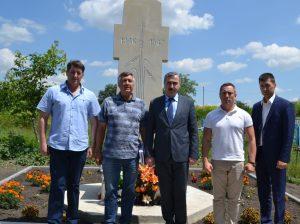 """Oaspeții au rămas încântați de recenta operă - Monumentul """"În memoria jertfelor foametei"""", edificat și inaugurat la 6 iunie în cimitirul din satul Sofia"""