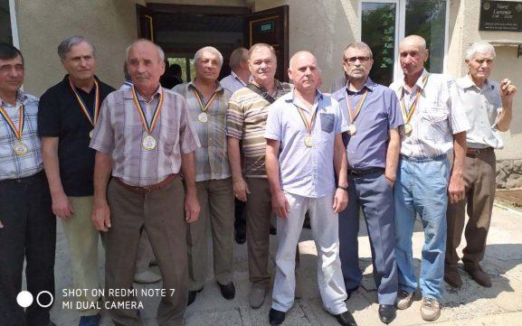 Un grup de băieți-absolvenți care, după 50 de ani, au ce-și aminti: și lucruri serioase, și amuzante