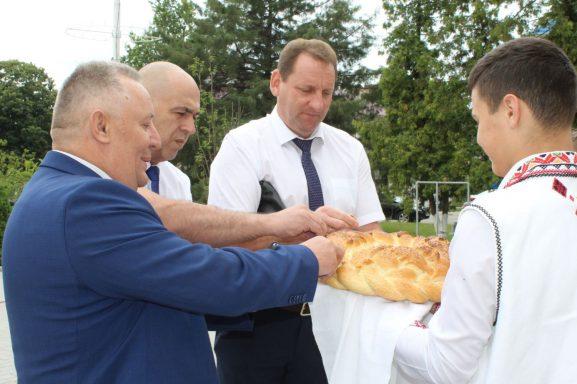 Первые минуты встречи липецкой делегации. Слева направо: Виктор Стадницкий, Валерий ФАЛЕЕВ и Рафик ЮЗБЕКОВ пробуют молдавский каравай