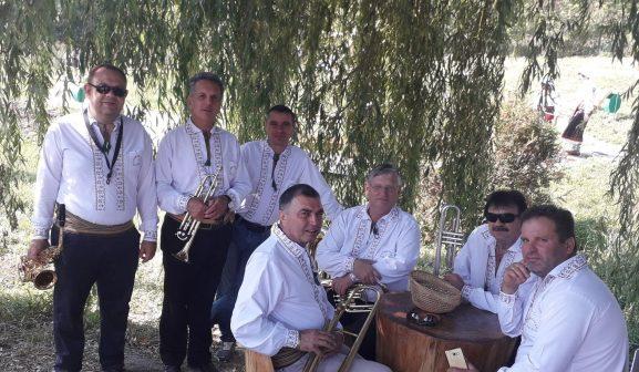 """""""Trompetele argintii"""" aflate în repaos, atât instrumentele, cât şi instrumentiştii"""