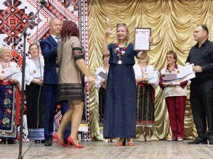 Елена РУССУ и Вячеслав МАЗУР получают дипломы в Окнице