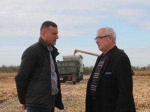 """(De la dreapta) Valerian GHERMAN, şef-adjunct Direcţia Agricultură şi Relaţii funciare, Consiliul raional Drochia, discută cu Petru BEJAN, agronom-şef """"WeTrade-Agro"""""""