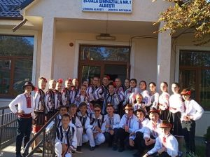 """Ansamblul """"Haiducii Peliniei"""" cu noii lor prieteni din Albești, județul Botoșani"""