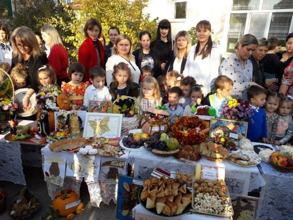 Expoziție cu cele mai alese daruri ale toamnei, ale copiilor și mămicelor