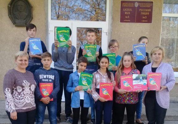 Группа учащися и преподавательницы Лариса СКУТЕЛЬНИК (слева) и Рита РАЙЛЯН (справа)