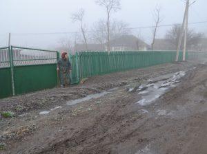 Drumul deteriorat din s. Sofia, care a format băltoace imense ce sunt periculoase și pentru sănătate