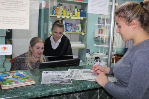 Operatoarele Diana POMÂRLEANU și Valentina CARAIMAN, se bucură pentru tânăra care perfectează cel de-al sutălea abonament cu preț redus