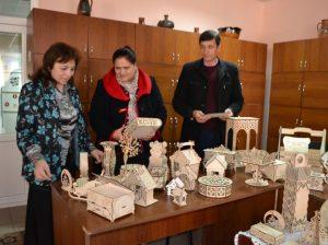 Invitații admiră lucrările de artă, produse în Laboratorul de fabricație FABLAB Drochia